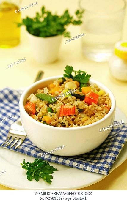 Wholemeal rice with surimi and vegetables