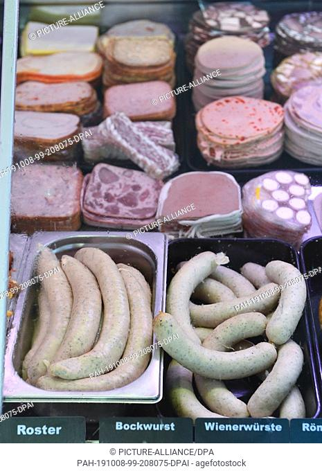 06 June 2019, Saxony, Leipzig: Fried sausages and sausage slices of various sorts are displayed in a display of a butcher's shop in Leipzig