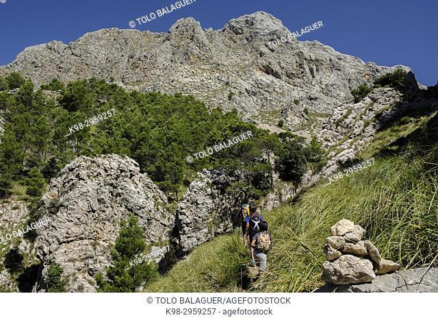 Hikers in Coma de n'Arbona, Penyal des Migdia, 1401 metres, término municipal de Fornalutx, paraje natural de la Sierra de Tramuntana, Mallorca