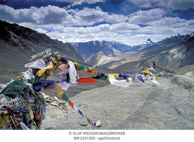 Prayer flags flying in the wind, Sisir La or Sisir Pass, Zanskar, Ladakh, Jammu and Kashmir, Indian Himalayas, North India, India, Asia