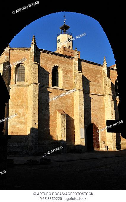 Saint Mary la Mayor church from the arch of the town hall. Coca, Segovia. Spain