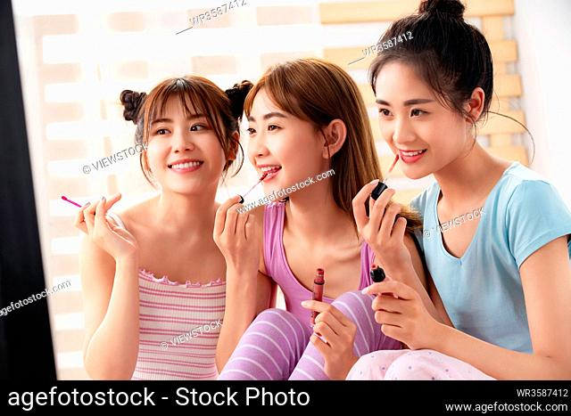 Lipstick with girlfriends in the bedroom