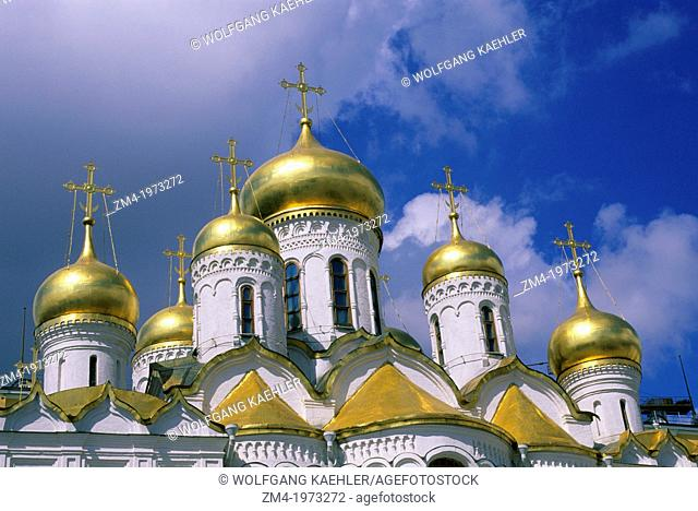 RUSSIA, MOSCOW, INSIDE KREMLIN, CATHEDRAL OF THE ANNUNCIATION, GOLDEN DOMES