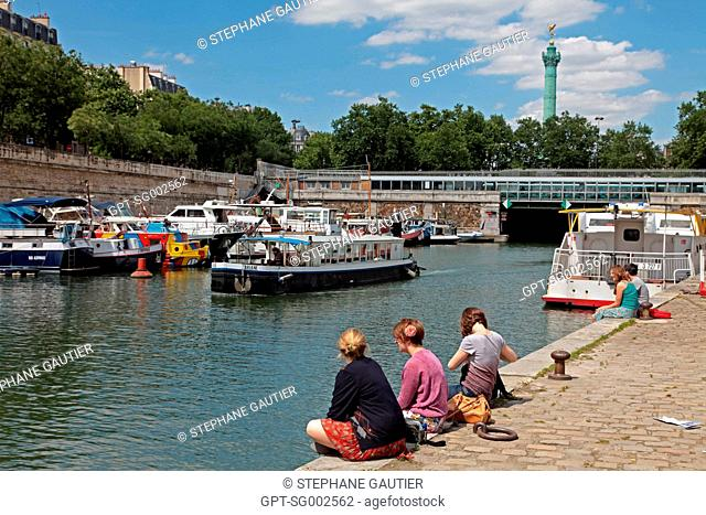 THE ARSENAL, OR BASTILLE BRIDGE OVER THE CANAL SAINT-MARTIN WITH, IN THE BACKGROUND, THE JULY COLUMN ON THE PLACE DE LA BASTILLE, PARIS 75, FRANCE