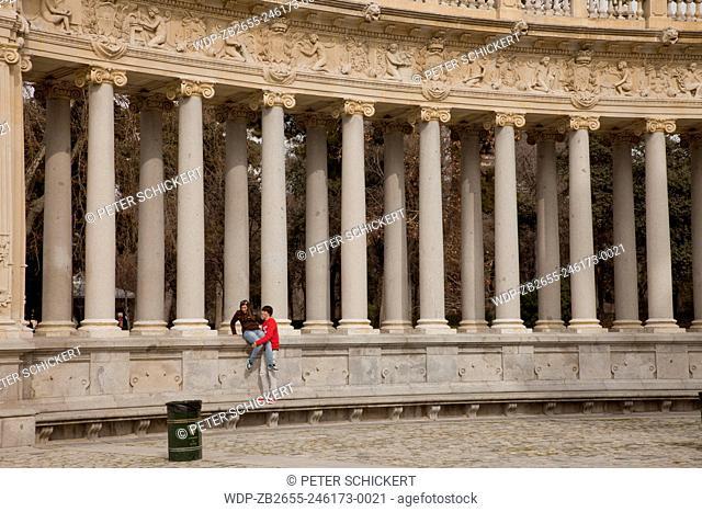 Säulen des Monument für Alfons XII. im Park Parque del Retiro in der spanischen Hauptstadt Madrid bei Nacht, Spanien, Europa   columns of the monument to King...