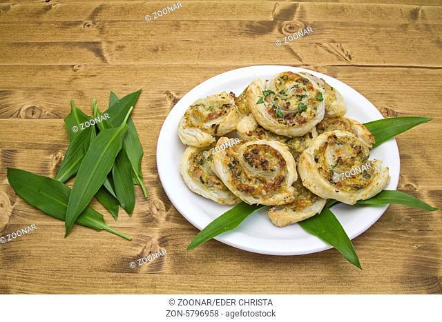 Blätterteigschnecken gefüllt mit Schinken, Käse und geschnittenem Bärlauch