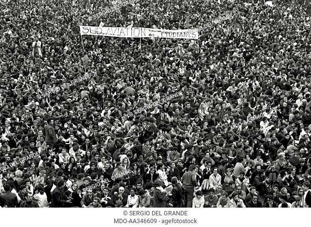 The risk of a revolution in Paris has been averted. Aerial view of a demonstration of young students and workers, who do not want to interrupt the general...
