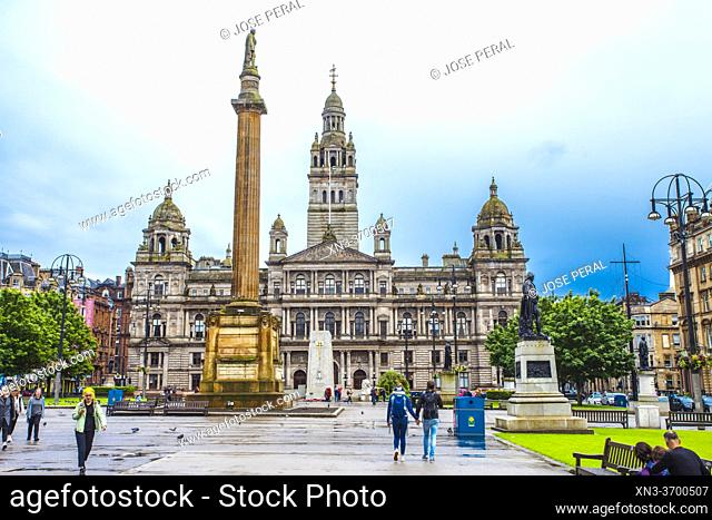 George Square, Sir Walter Scott statue erected 1837, in front of the City Chambers, at right Statue of Robert Burns, Glasgow city center, Scotland