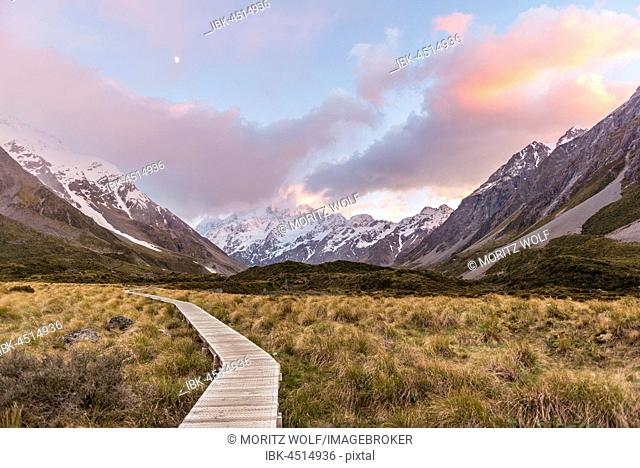 Sunrise, trail through Hooker Valley, at back Mount Cook, Mount Cook National Park, Southern Alps, Canterbury Region, Southland, New Zealand