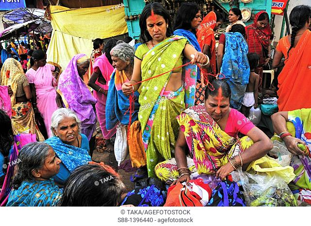 Women looking at sally on the market at the entrance to the main ghat