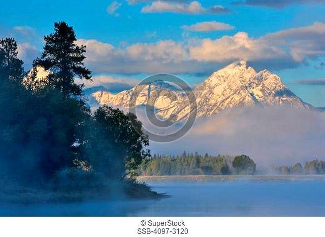 USA, Wyoming, Rocky Mountains, Grand Teton National Park, Oxbow Bend, Mount Morran in fog at sunrise