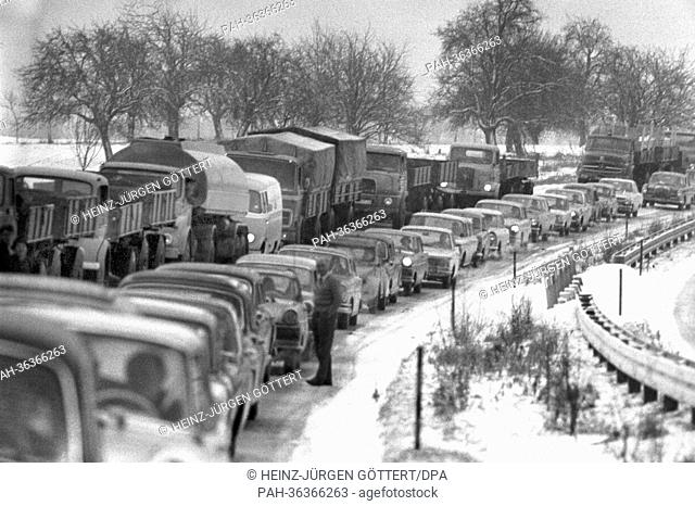 Due to the sudden snowfall short before Chrismas, long traffic jams occur on the motorway between Karlsruhe and Pforzheim (archive picture from 14 December...