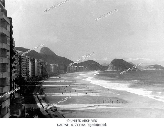 Am Strand Copacabana in Rio de Janeiro in den 1950er Jahren