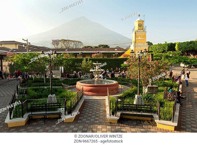 Parque Central in Ciudad Vieja mit Blick auf den Volcán de Agua (Guatemala) / Main square in Ciudad Vieja with view to the Volcán de Agua (Guatemala)