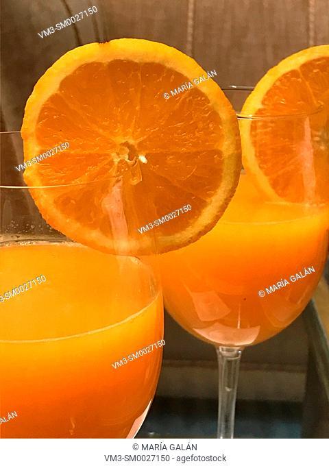 Two glasses of orange juice with slice og orange