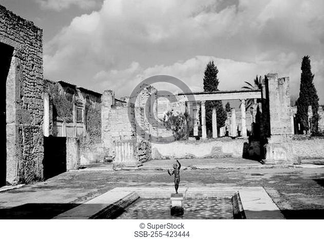 Italy, Campania, Pompeii, Old Roman ruins with statue