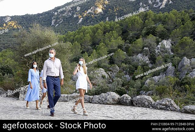 04 August 2021, Spain, Escorca: The Spanish royal family, King Felipe VI. (m) and Queen Letizia (l) with their daughter Infanta Sofia