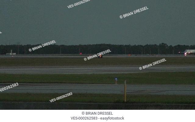 Ankunft einer kleinen Passagiermaschine bei Dunkelheit auf dem Flughafengel?nde