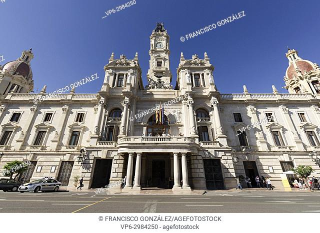 The City Hall of Valencia was built between 1758 and 1763. It is neoclassical and neo-baroque style
