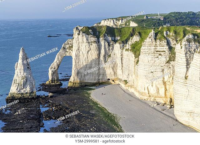 Falaise d'Aval with Porte d'Aval and Aiguille d'Etretat seen from Chemin Des Douaniers, Étretat, Seine-Maritime department, Normandie, France, Europe