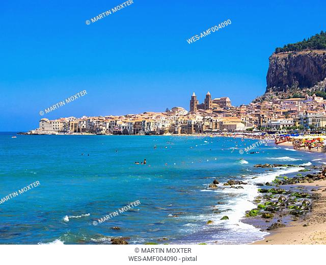 Italy, Sicily, Cefalu, View of Cefalu with Cefalu Cathedral, Rocca di Cefalu, beach