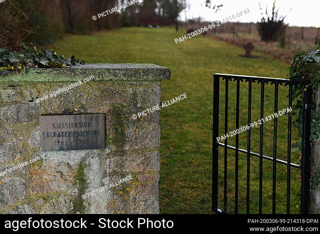 """28 January 2020, Hessen, Klein-Zimmern: A bronze plaque with the inscription """"""""Russian military cemetery 1941 - 1945"""""""" is placed on a wall at the entrance to..."""