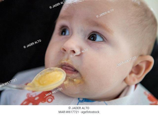 neonata di 6 mesi mangia la pappa