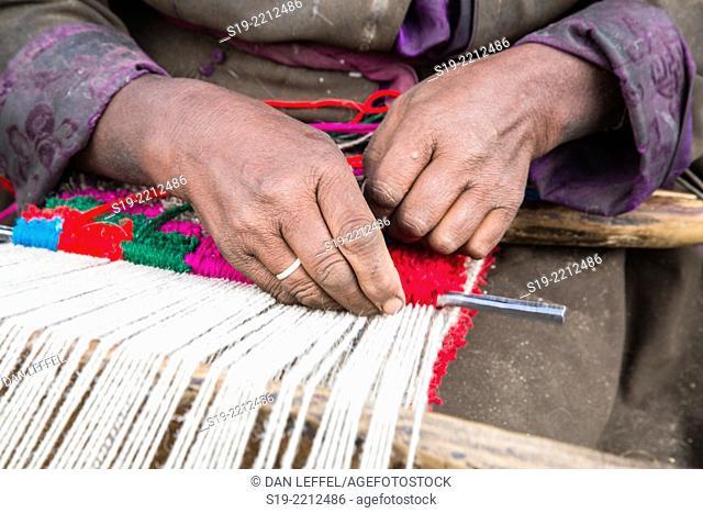 India, Ladakh, Nomad woman weaving