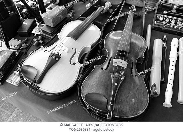 Vintage violins in the antiques fair in Krakow, blacn and white