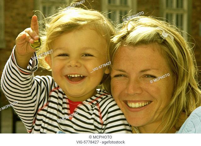 Ein kleiner Junge lacht zusammen mit seiner Mutter, 2005 - Germany, 12/09/2005
