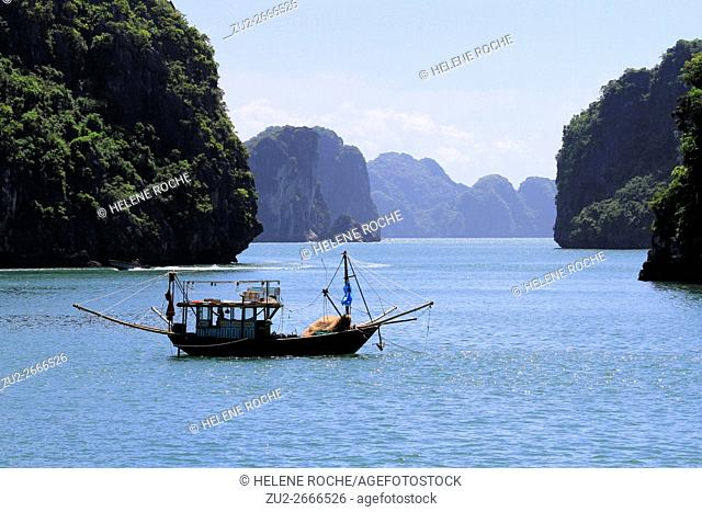 Fishing boat, Halong bay, UNESCO World Heritage Site, Vietnam, Asia