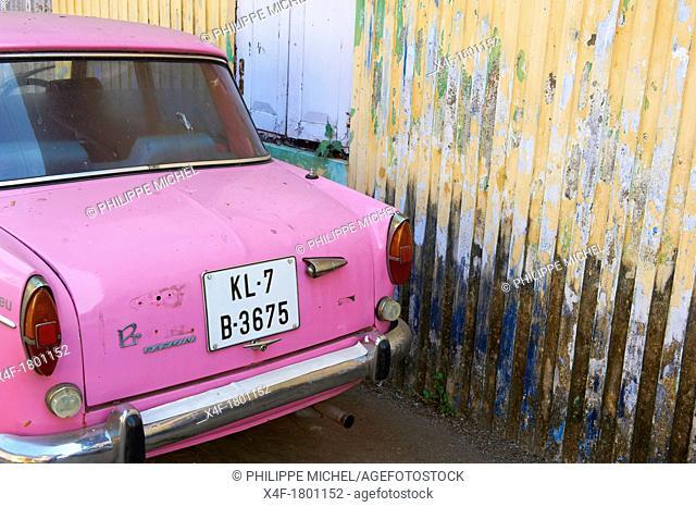 India, Kerala State, Fort cochin or Kochi, pink car
