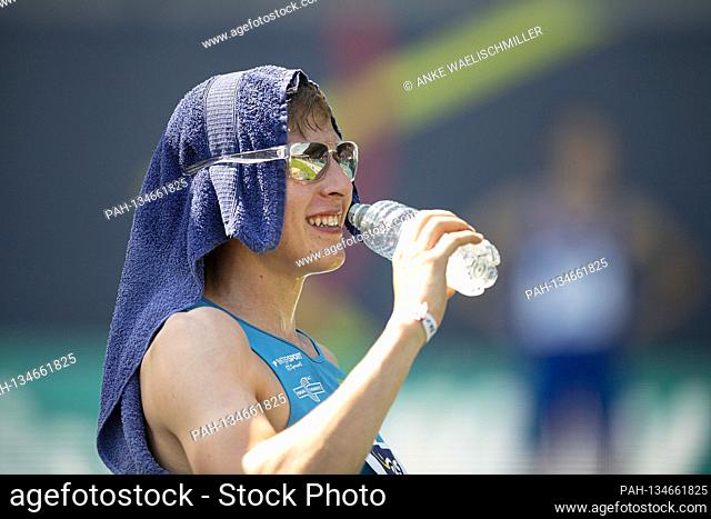 Winner Max HESS 1st place, LAC Erdgas Chemnitz, with towel on head and sunglasses, drinks, drinking, triple jump of men, on 08.08