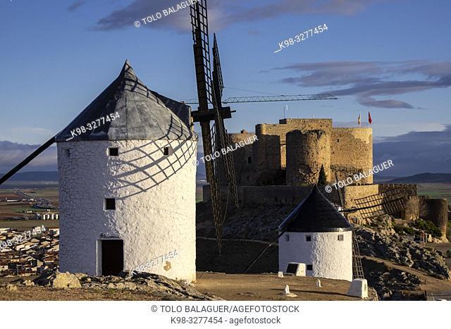 molinos de Consuegra con el castillo de la Muela al fondo, cerro Calderico, Consuegra, provincia de Toledo, Castilla-La Mancha, Spain