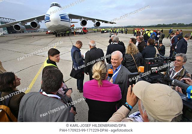 "The fromer co pilot of the Lufthansa airplane """"Landshut"""", Juergen Vietor, can be seen besides the machine inside the Russian transporter """"Antonov Type AN..."