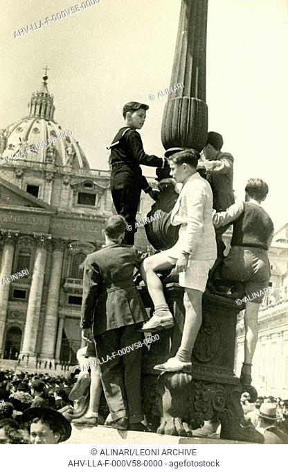 Boys climbed lampposts of St Peter's Square to see the Pope (1506 -1626), shot 1940-1950 by Leoni, Luigi