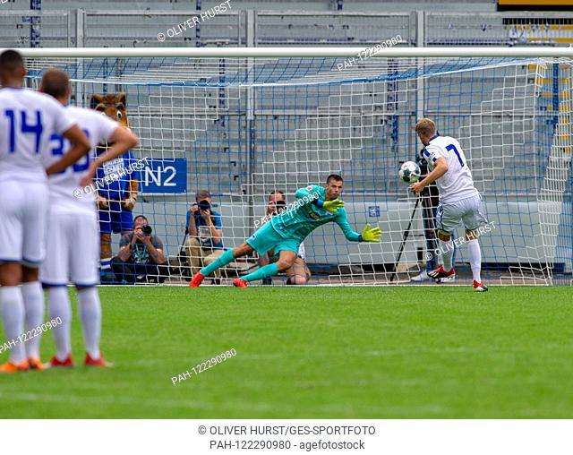 Penalty shootout: Goalkeeper Rune Jarstein (Hertha BSC) to Marc Lorenz (KSC). GES / football / KSC blitz tournament: Karlsruher SC - Hertha BSC Berlin, 13