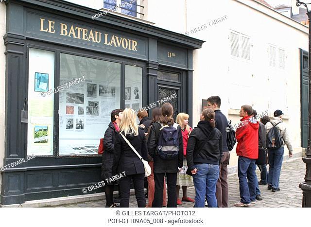 tourism, France, paris 18th arrondissement, butte montmartre, le bateau lavoir, place emile goudeau, square, group of tourists, artists Photo Gilles Targat