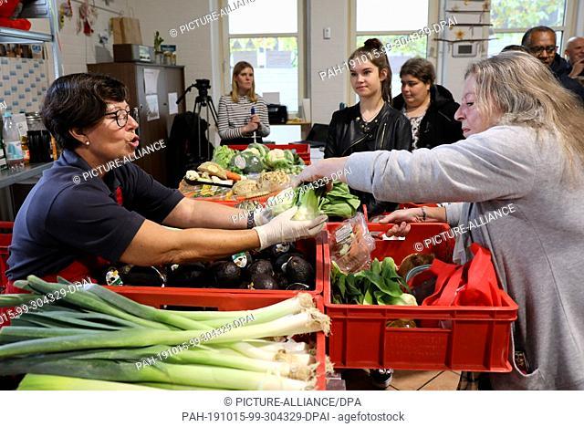 15 October 2019, North Rhine-Westphalia, Pulheim: Employees of Malteser International distribute food in the blackboard. Photo: Oliver Berg/dpa