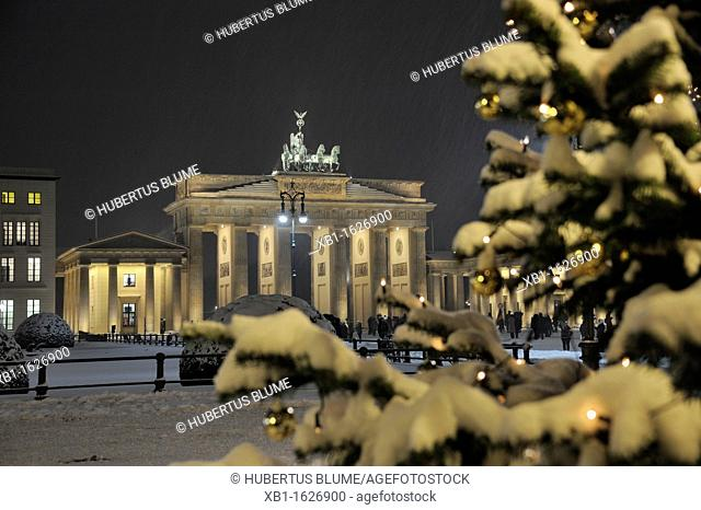 Brandenburg Gate, view from Pariser Platz at Christmas time with Christmas tree and snow, Paris Square, Mitte district, Berlin, Germany, Europe