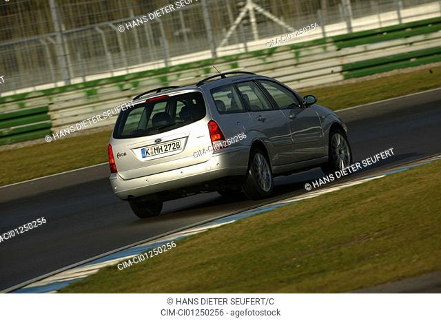 Car, Ford Focus ST170, Lower middle-sized class, Turnier/hatchback, model year 2002-, silver, driving, diagonal from the back, rear view, Test track