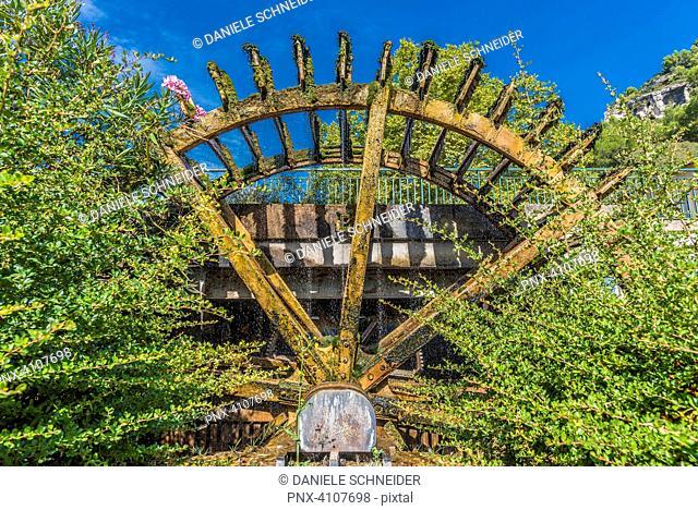 France, Provence, Vaucluse, pays des Sorgues, Fontaine de Vaucluse, water wheel