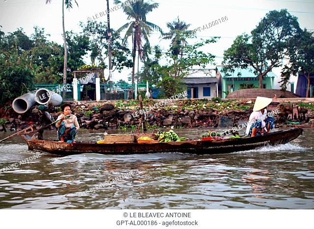 INHABITANTS GOING TO THE MARKET ON THE MEKONG DELTA, IN THE REGION OF CAN THO, VIETNAM, ASIA
