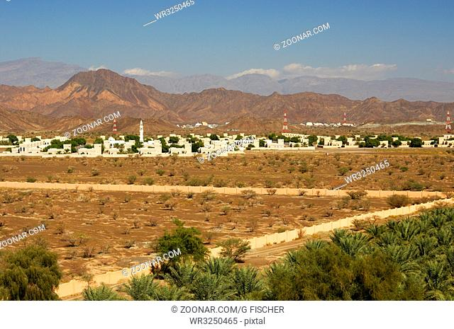Blickauf das Dorf Jabrin am Fuss der Hajar al Gharbi Berge, Dhakiliya Region, Sultanat von Oman / View towards Jabrin village near the Hajar al Gharbi Mountains