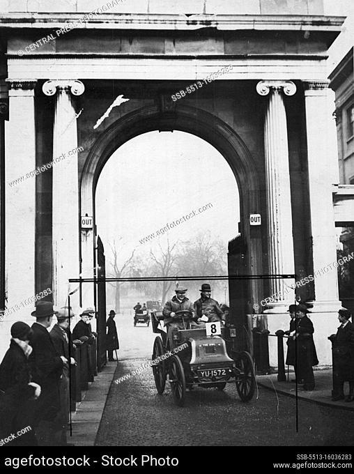 Old Cars - Motors - General. November 25, 1931. (Photo by Central Press Photograph)
