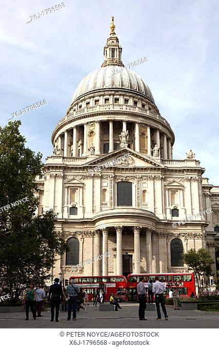 Saint Pauls and the dome with red london buses