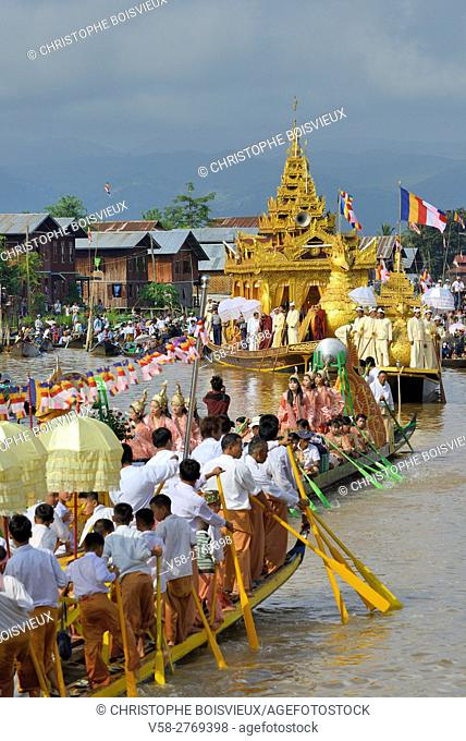 Myanmar, Shan State, Phaung Daw Oo village, Inle Lake festival, Leg rowers welcoming the arrival of the royal barge
