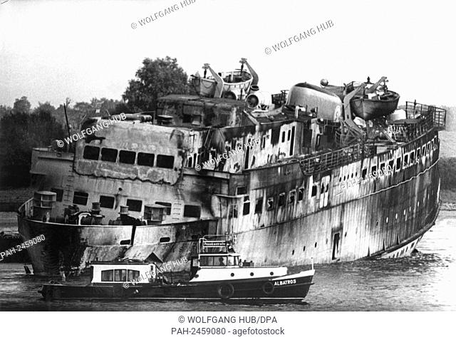 "The burned out cargo ship """"Tina Scarlett"""". The 2000-ton Dani driver """"Tina Scarlett"""", built in a Hamburg shipyard, rammed the Belgian tanker """"Diamant"""" on 7..."