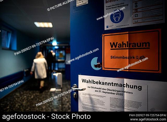 """27 September 2020, North Rhine-Westphalia, Duesseldorf: On one door hangs a sign saying """"""""Wahlraum Stimmbezirk 9103"""""""". The Marien-Schule in Düsseldorf is one of..."""