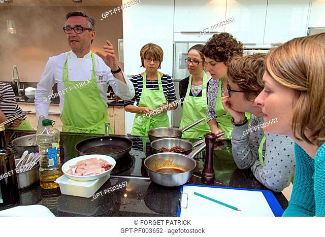 LAURENT CLEMENT EXPLAINS TO THE CLASS THE PREPARATION OF THE DISHES AND THEIR COOKING METHODS, MARKET CUISINE AT 11 COURS GABRIEL, CHARTRES, (28) EURE-ET-LOIR